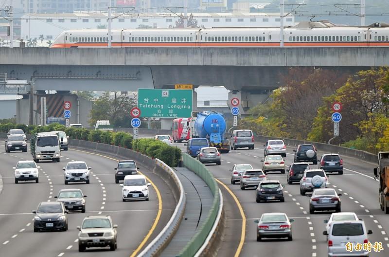 交通部高速公路局表示,西部國道預計下午3點就會湧現車潮。(資料照)