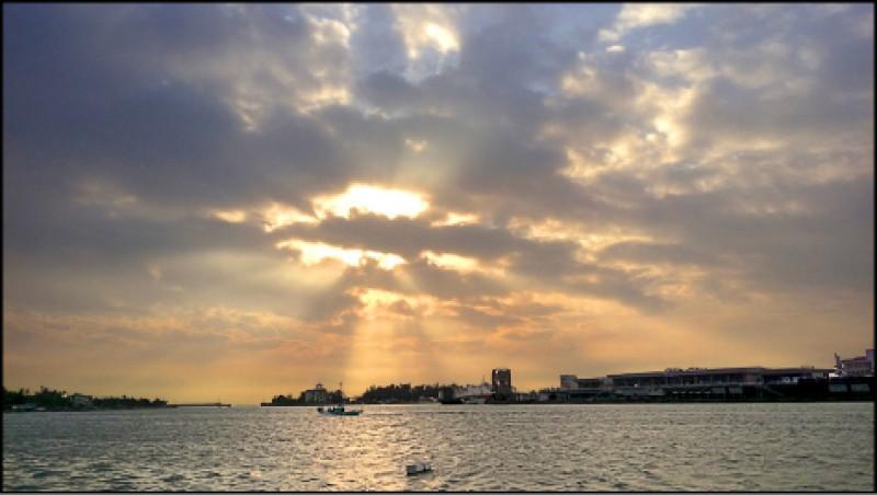 傍晚時分沿著安平港灣各處都能欣賞夕陽美景。(記者王姝琇/攝影)