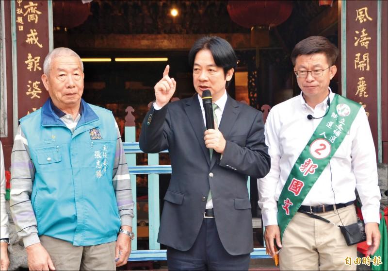 前行政院長賴清德昨第六度陪同民進黨立委候選人郭國文(右)拜票。(記者吳俊鋒攝)
