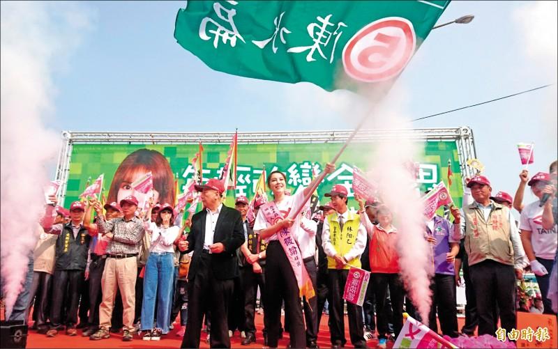 無黨籍立委候選人陳筱諭昨在麻豆成立競選總部,高舉2000年陳水扁競選總統的戰旗,尋求鄉親的支持。(記者楊金城攝)