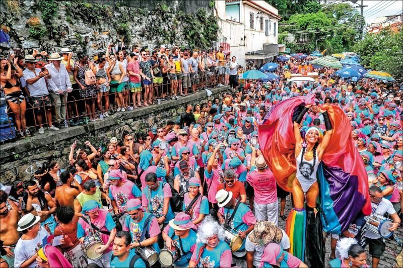 巴舞團Carmelitas成員1日在里約聖特雷沙區遊行表演。(歐新社)