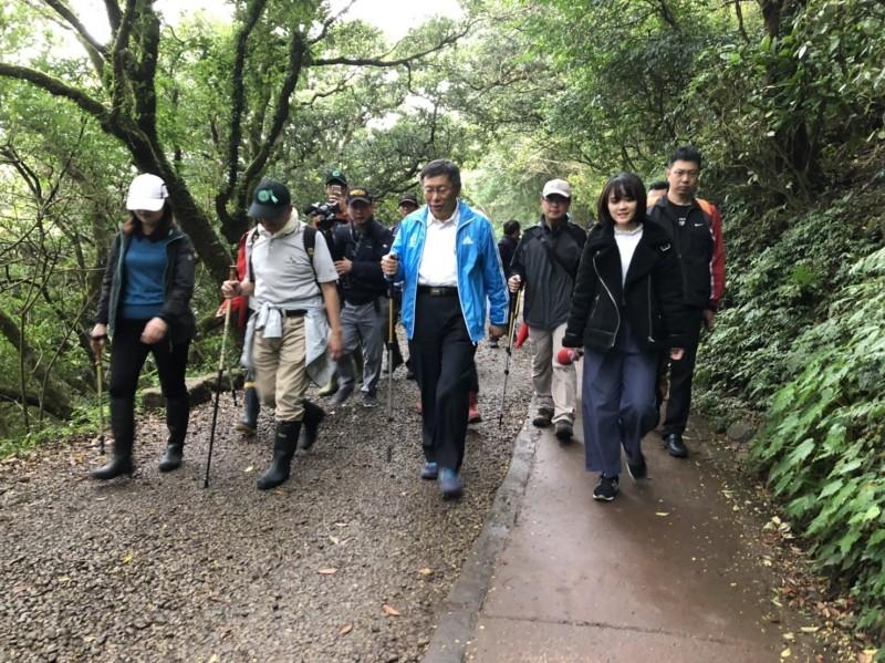 台北市長柯文哲今天一早到陽明山體驗工務局「台北大縱走」路線。(台北市工務局提供)