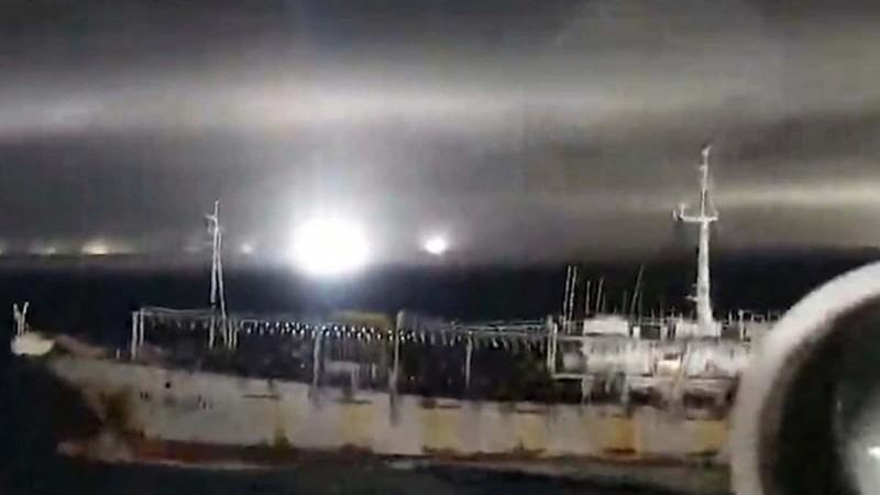 中國漁船疑似在阿根廷海域非法捕魚,遭阿根廷海警開火驅離。(圖擷取自網路)