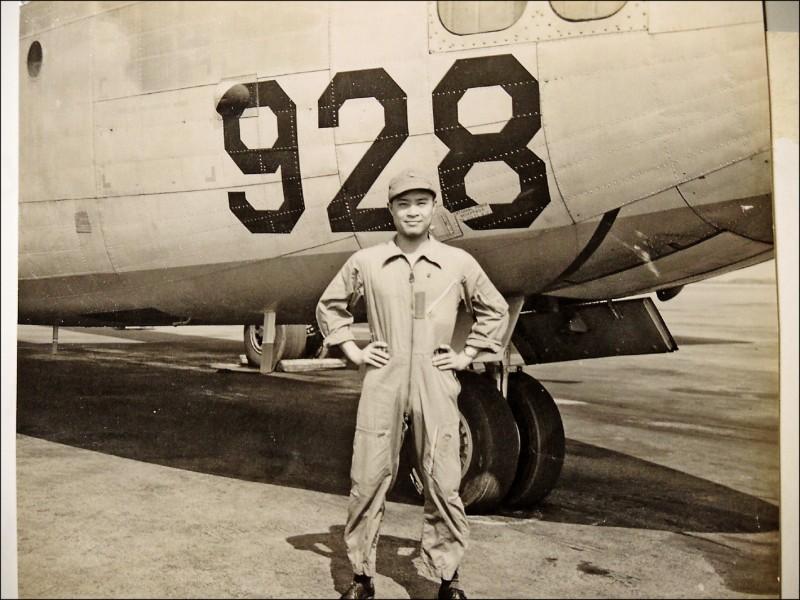 李匡復當年擔任飛行員的英姿。(記者翁聿煌翻攝)