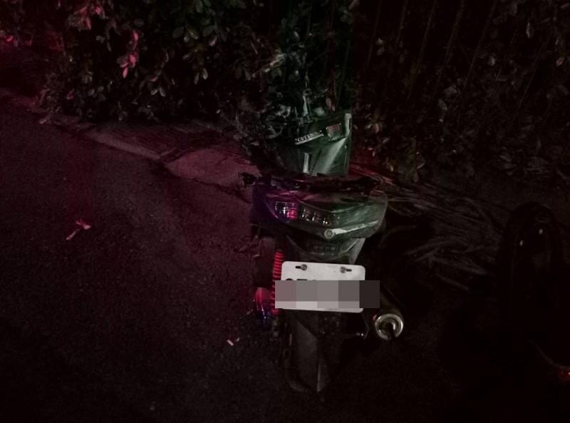 柯男機車撞上救護車後起火燃燒。(記者歐素美翻攝)