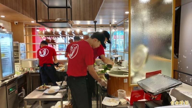 「海記醬油雞」的開放式廚房。(記者張菁雅攝)