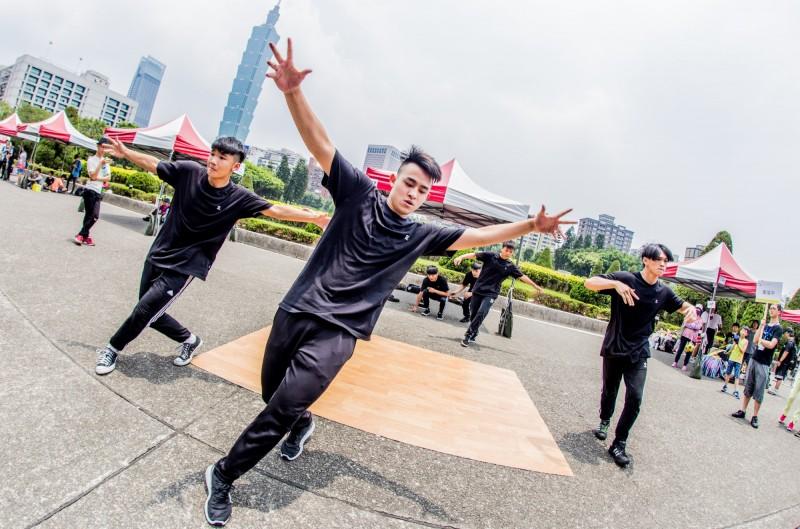 台北市文化局今宣布,未來將逐步整合雙北街頭藝人審議制度,透過建立共同審議委員及標準,民眾擇一申請取得許可證後,即可在雙北演出,並也可至基隆換證演出。(北市文化局提供)