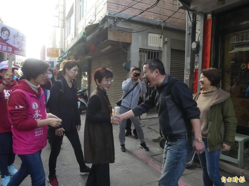 國民黨前主席洪秀柱(右三)陪同立委候選人洪麗萍(左一)掃街拜票,受到支持者熱情迎接。(記者吳正庭攝)