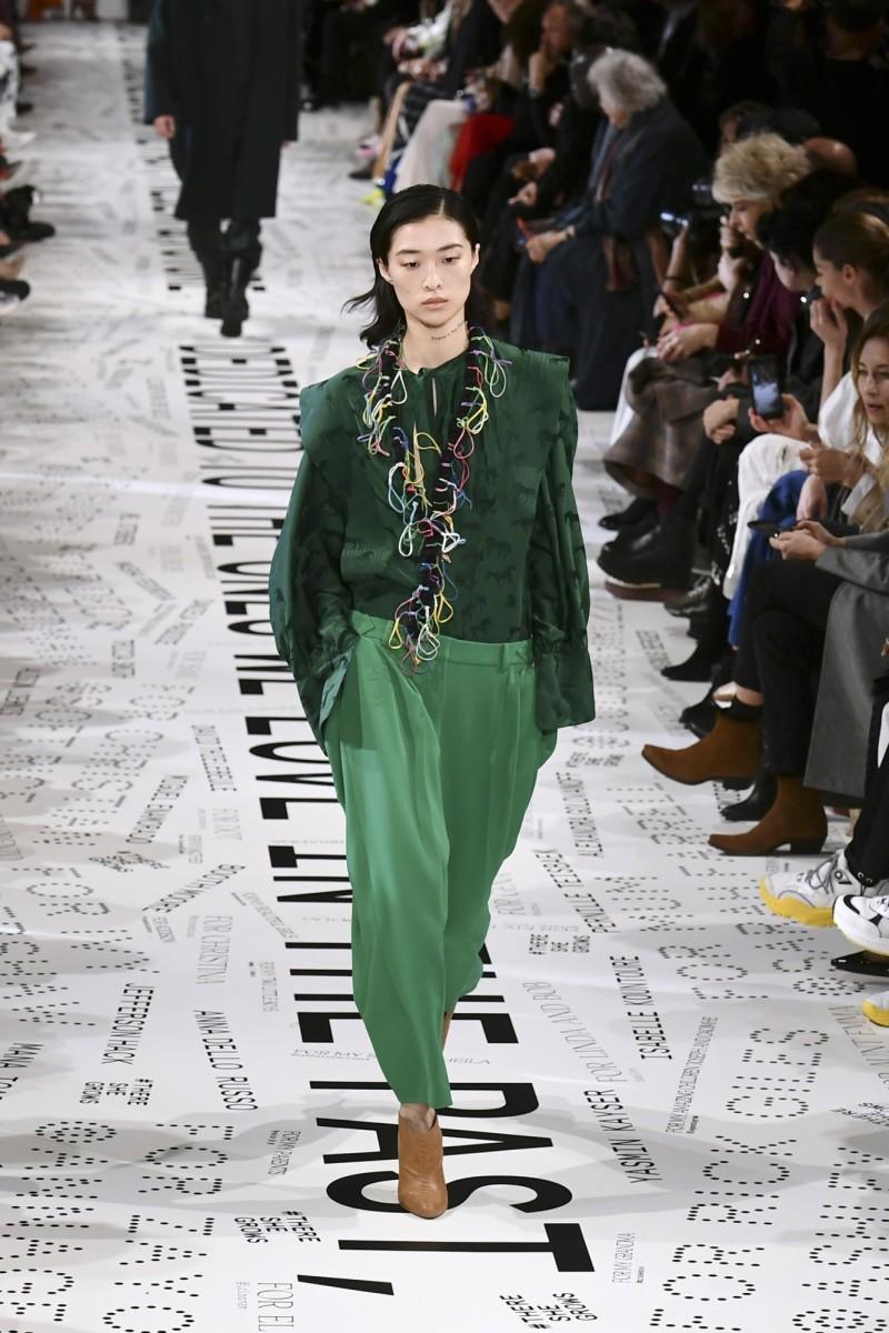 一名模特兒在巴黎時裝週的伸展台上演繹英國設計師麥卡尼的作品。(法新社)