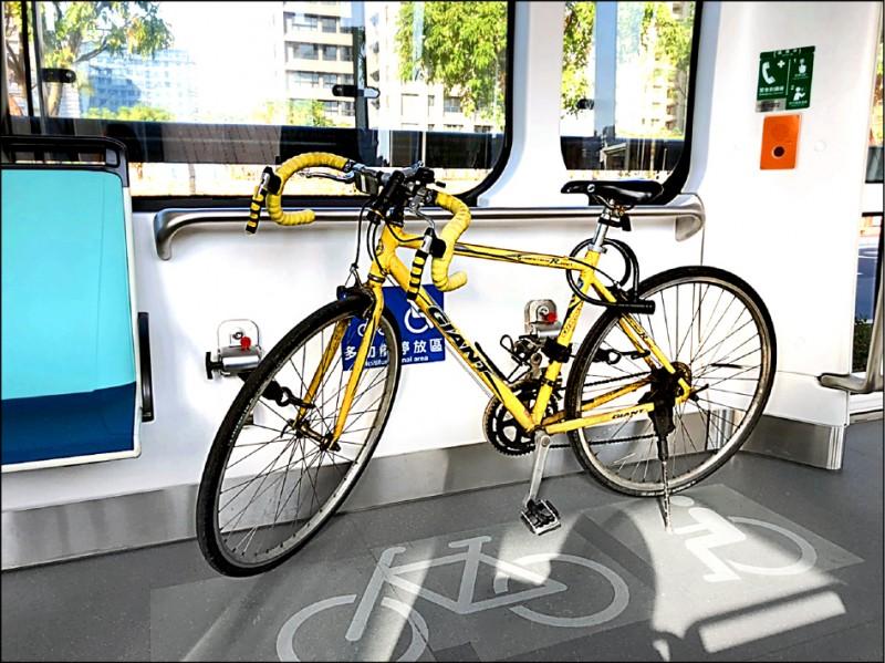 新北捷運公司宣布,淡海輕軌將於3月4日起開放民眾攜帶自行車搭乘淡海輕軌,旅客可購買自行車單程票,票價50元,4月30日前享有40元優惠。(新北捷運公司提供)