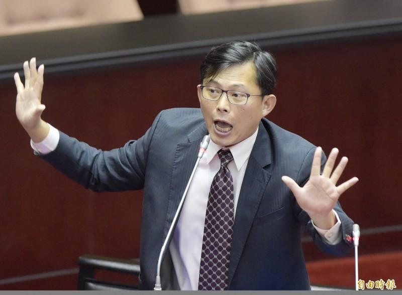 黃國昌今(4)早發文表示,在追問下土銀董事長坦承海科館弊案僅追回1萬多元,且用來當擔保的海科館基地地上權也可能沒人買。(資料照)