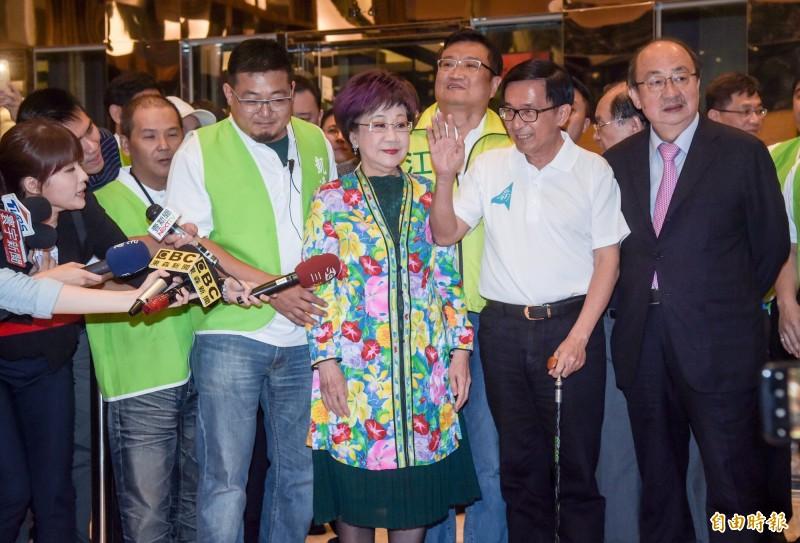 陳水扁(右二)與呂秀蓮(右三)去年出席餐會。(資料照)