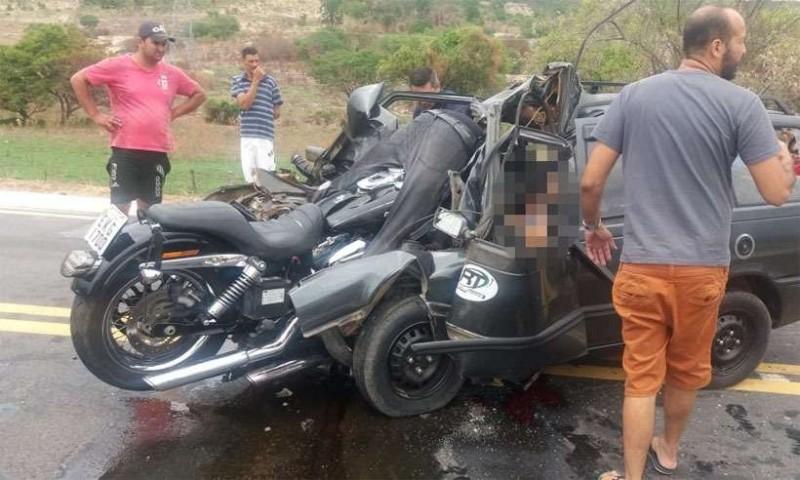 巴西發生恐怖車禍,一名機車騎士與對向轎車相撞後「鑲嵌」進車裡,頭顱整顆飛出去當場喪命,汽車內的2人也雙雙身亡。(圖擷自Portal Simonésia臉書)