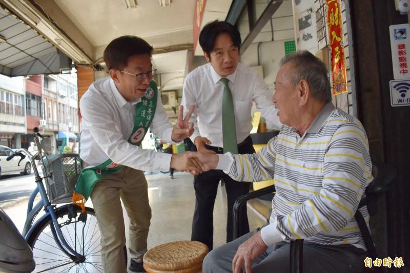 賴清德(中)一連7天陪同民進黨台南立委補選候選人郭國文(左)掃街拜票,卻傳出右腳不慎受傷。(資料照,記者楊金城攝)