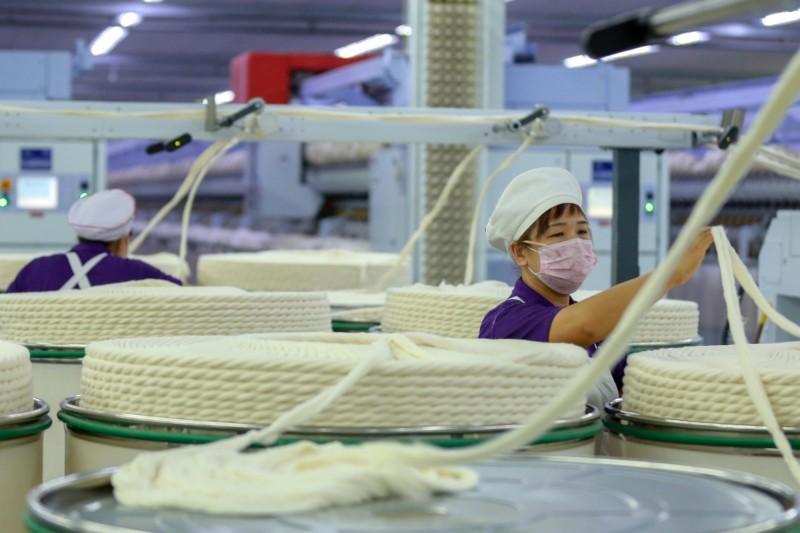 人權組織表示,中國境內將受迫害的少數民族送進血汗工廠壓榨並不罕見,至少有1家國際企業因這項不人道的行為,決定停止與中國的合作。圖為女性勞工於新疆昌吉的醫用織物製造工廠勞動。(路透)