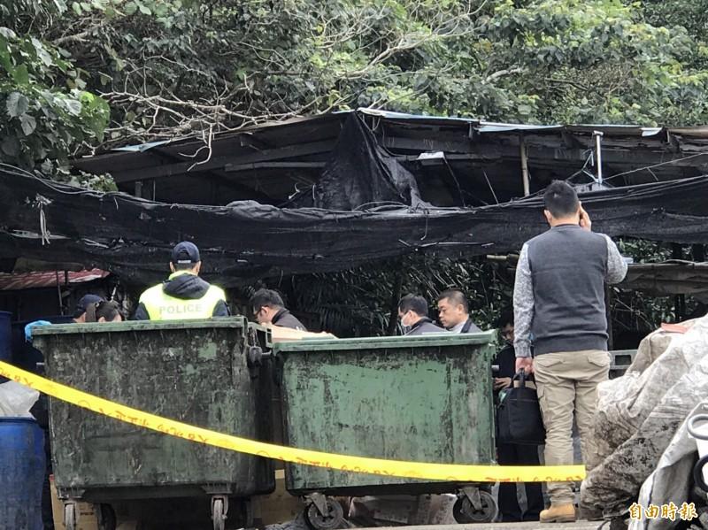 警方在發現棄嬰的垃圾集中場進行勘驗。(記者陳薏云攝)