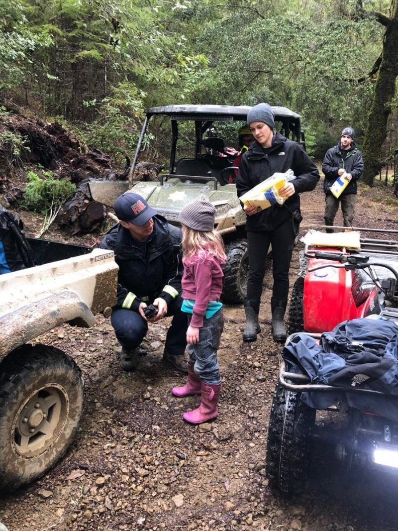 美國加州8歲女童萊婭(Leia Carrico)和5歲妹妹卡羅琳(Caroline Carrico),在寒冷森林中走失將近44小時,最後平安被尋獲。圖為妹妹卡羅琳獲救時與消防員對話。(圖擷自Humboldt County Sheriff推特)