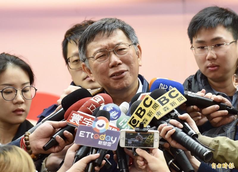台北市長柯文哲表示,他認為不管是拜訪李登輝、陳水扁都是很自然的事情,要外界不要整天陰謀論,「頭殼壞去!」(記者黃耀徵攝)