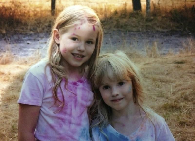 8歲萊婭(Leia Carrico,左)和5歲妹妹卡羅琳(Caroline Carrico,右)失蹤後,家人發布了尋人照片。(美聯社)