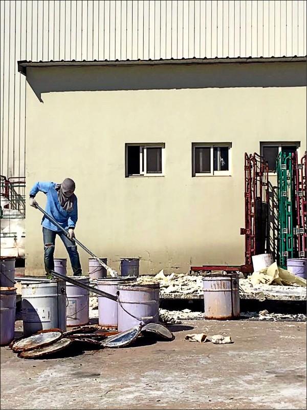 學生被迫到學校附近的地磚工廠從事勞力工作。 (記者謝君臨翻攝)