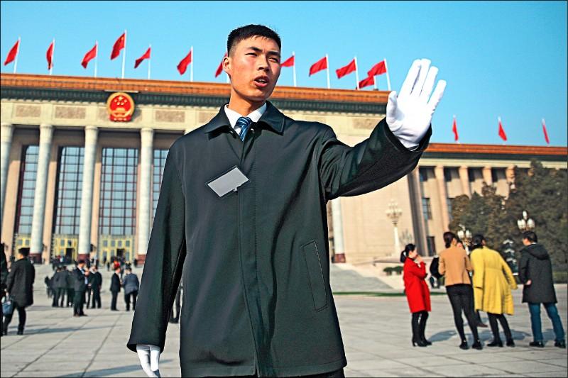第十三屆中國全國人民代表大會第二次會議五日揭幕,各地代表四日先行前往北京人民大會堂開會,媒體欲上前採訪時,遭安全檢查人員攔下。 (美聯社)