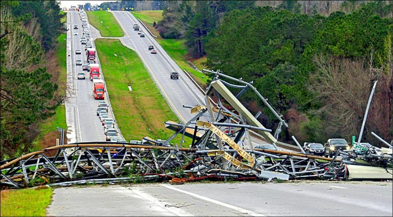 圖為災情最慘重的利郡,一座行動通信基地塔台在強風中倒塌。(美聯社)