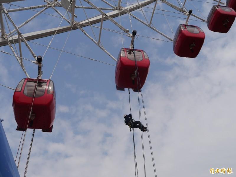 「繩索技術交流賽」在麗寶樂園摩天輪登場。(記者張軒哲攝)