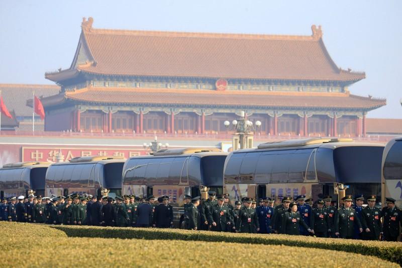 中國全國人民代表大會5日揭幕,人民解放軍代表前往北京人民大會堂開會。(路透)