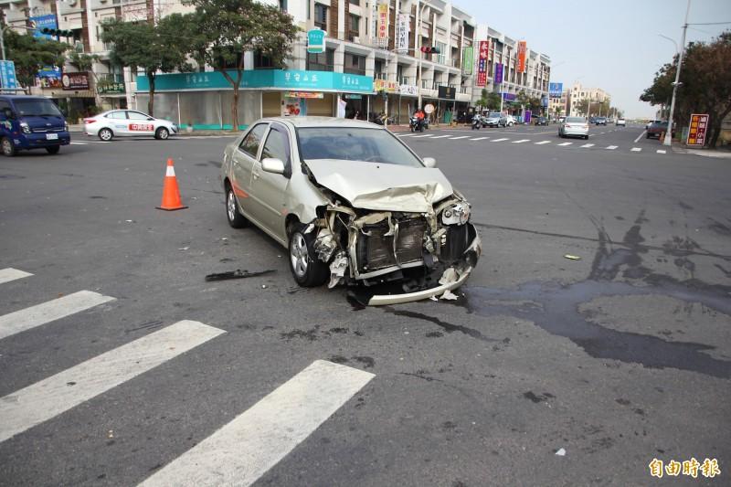 涂姓男子酒後駕車又闖紅燈,將張女駕駛的小轎車撞爛。(記者林宜樟攝)