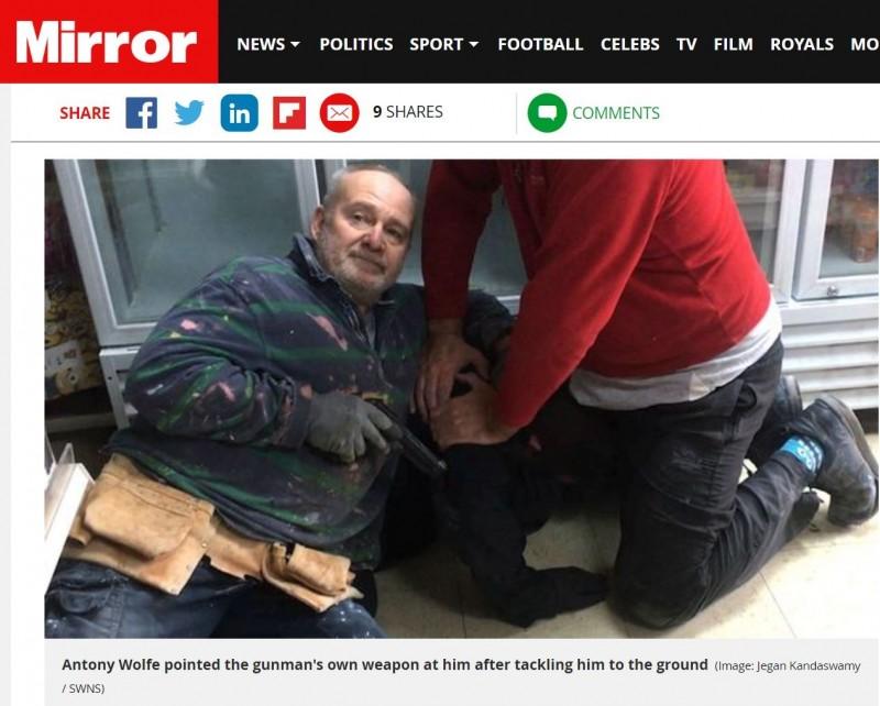 英國一名退休教師、前軍人沃爾夫(Antony Wolfe)目睹搶劫案,英勇奪下強匪手槍,撂下狠話:「如果我扣下這扳機,會把你的頭打飛嗎?」(翻攝《每日鏡報》網站)