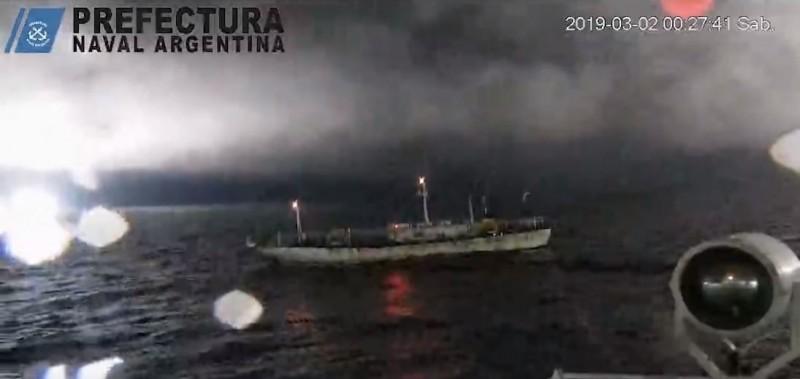 阿根廷海巡隊查獲越界捕魚的中國漁船,警告後對它開火。(圖擷取自阿根廷海岸警衛隊YouTube)
