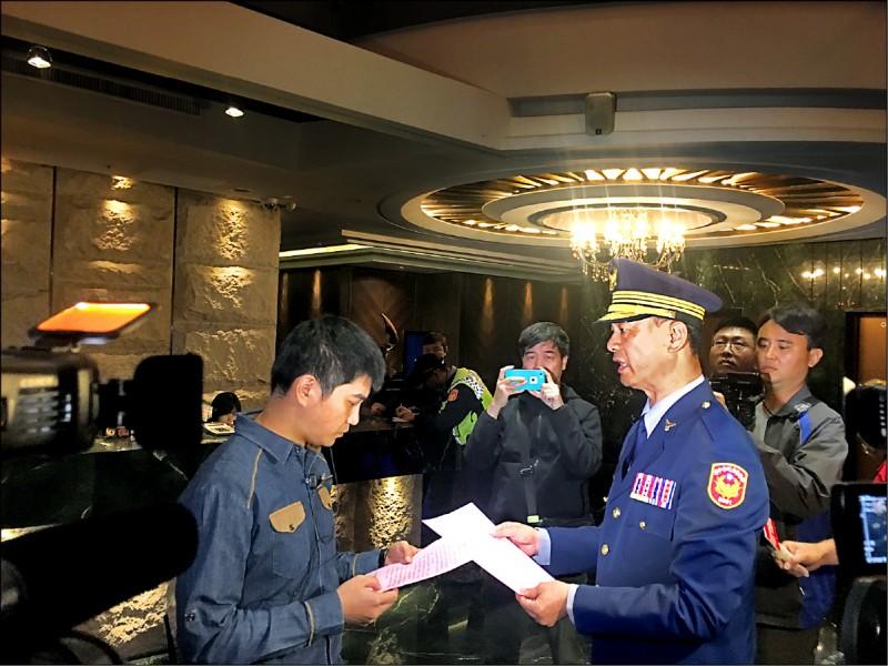 台中市警六分局分局長陳武康(右)對酒店幹部(左)朗讀「宣導單」,指如再有鬥毆滋事,將列臨檢重點。(記者張瑞楨翻攝)