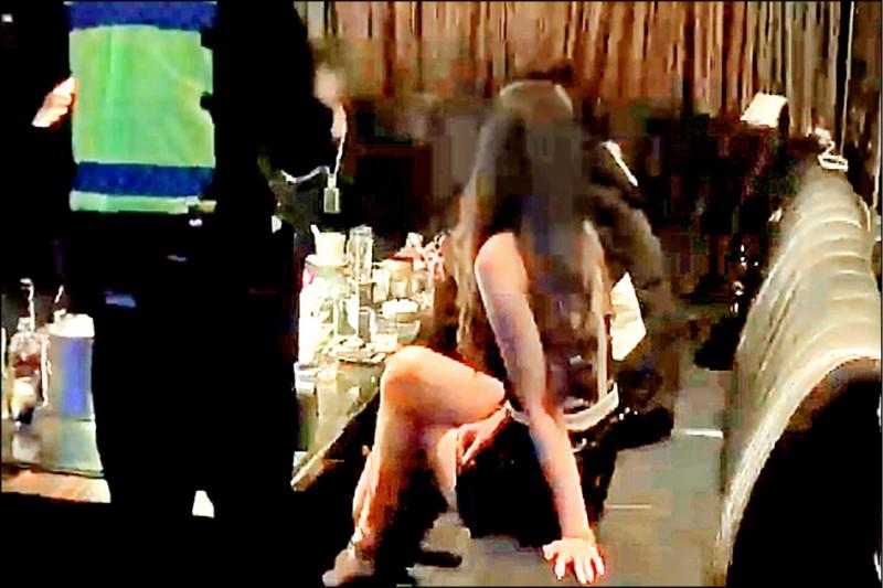 台中警方臨檢酒店,穿著清涼的辣妹配合臨檢。(記者張瑞楨翻攝)