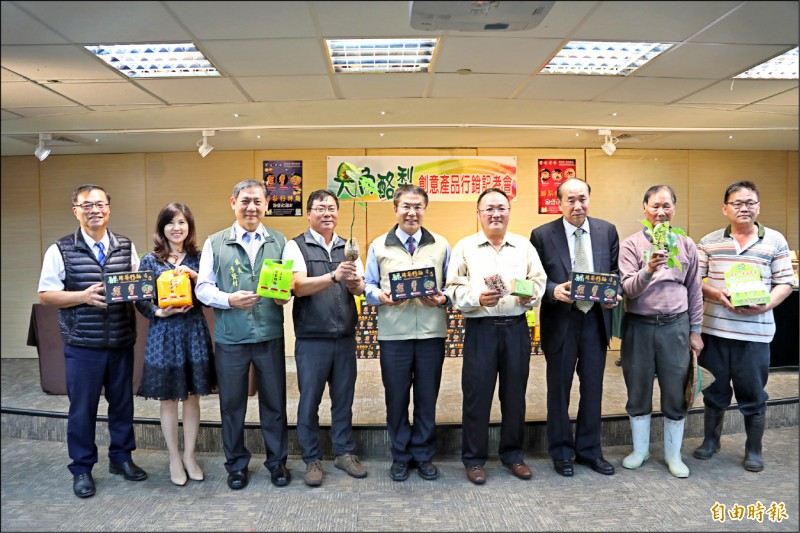市長黃偉哲(右五)與大內石子瀨社區發展協會共同站台宣傳酪梨籽麵。(記者洪瑞琴攝)