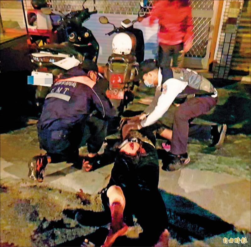 高雄大都會昨一夜密集發生三件砍殺案,釀成七人受傷,救護人員幫忙包紮傷口。(記者陳文嬋攝)