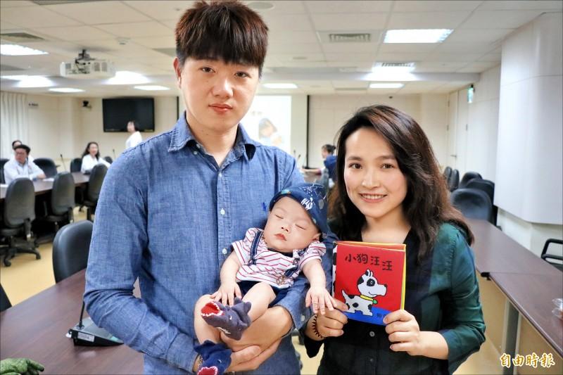 梁姓父母在醫院護理師建議下,建立親子共讀,陪伴寶寶因早產住在加護病房的日子。(記者萬于甄攝)