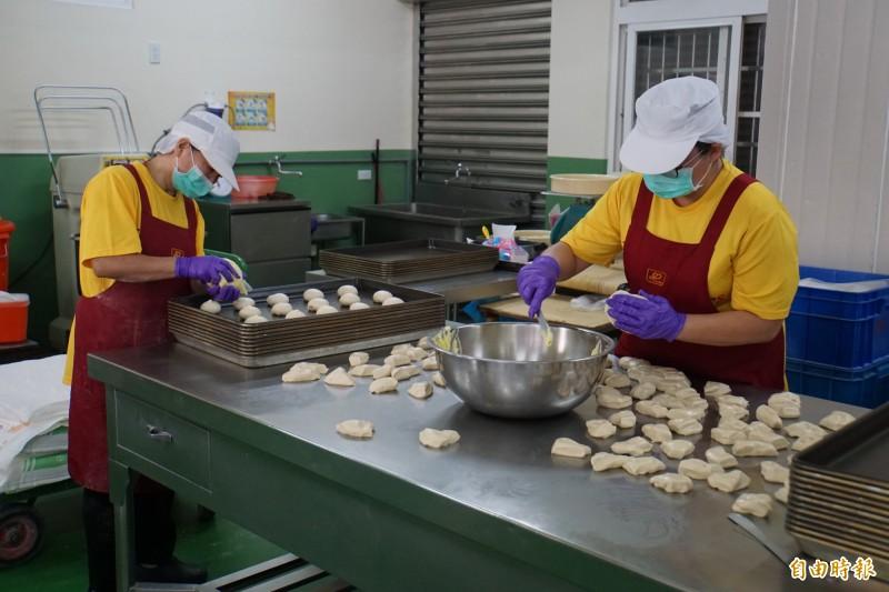雲林營養午餐加碼補助後,麵食中心訂單爆增,工作人員加班因應。(記者詹士弘攝)