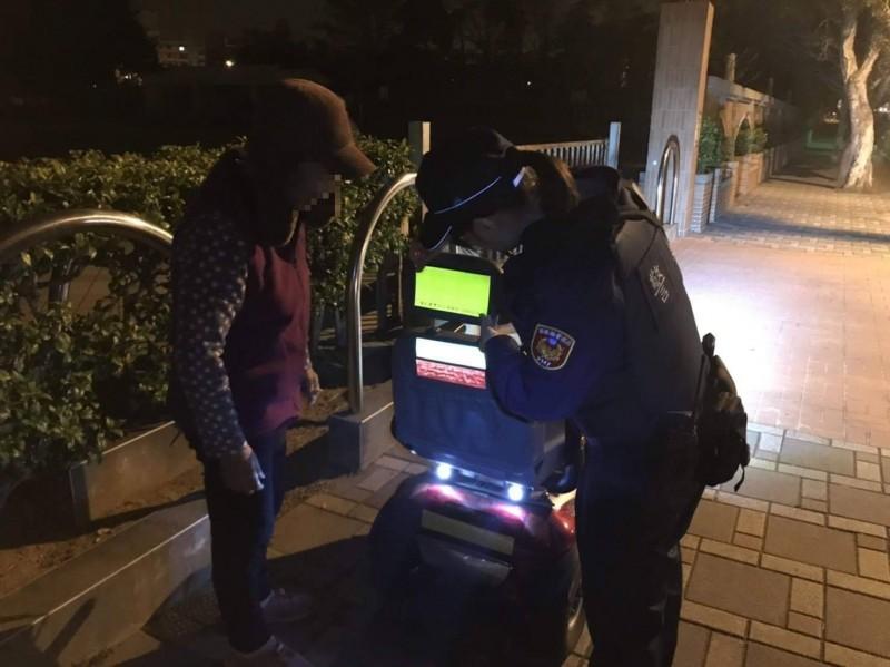 苗栗縣警局執行「點亮高齡者」計畫,幫電動代步車貼螢光條。(圖由苗栗縣警察局提供)