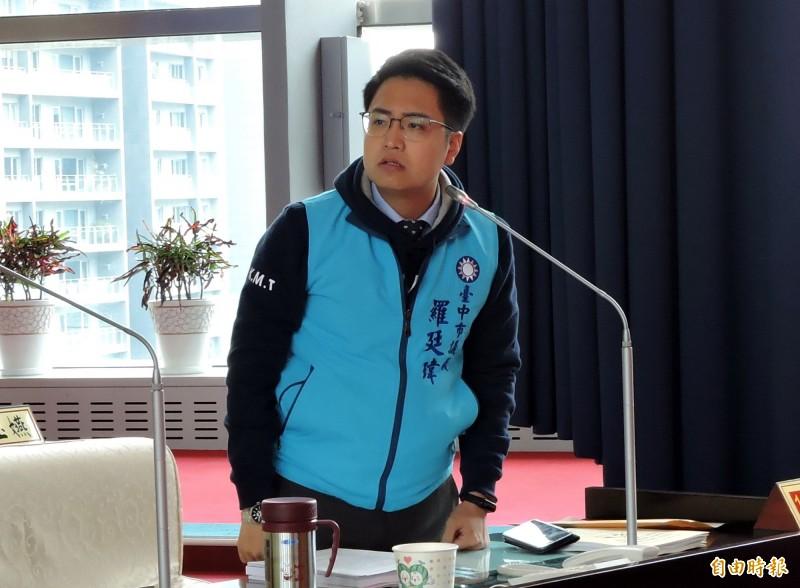 國民黨台中市議員羅廷瑋質詢時嗆民進黨議員是「噁心的大人」。(記者張菁雅攝)