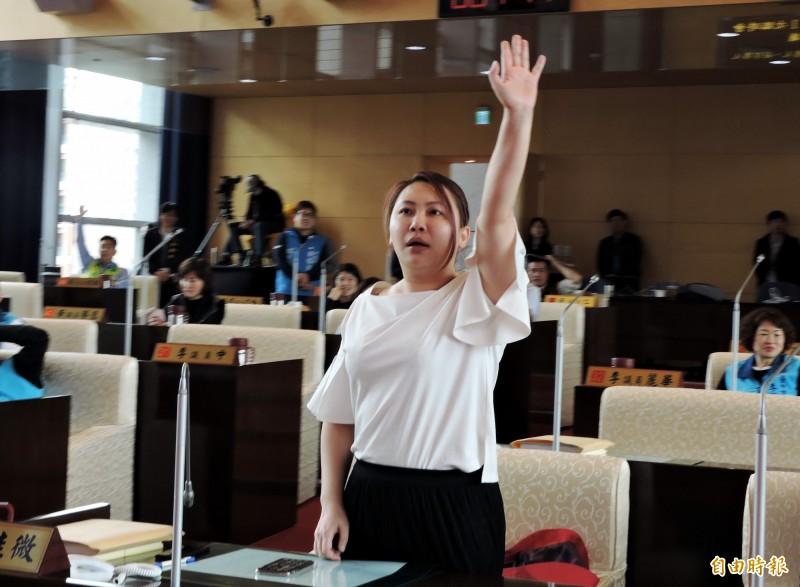民進黨台中市議員賴佳微要求將國民黨議員羅廷瑋送紀律委員會。(記者張菁雅攝)