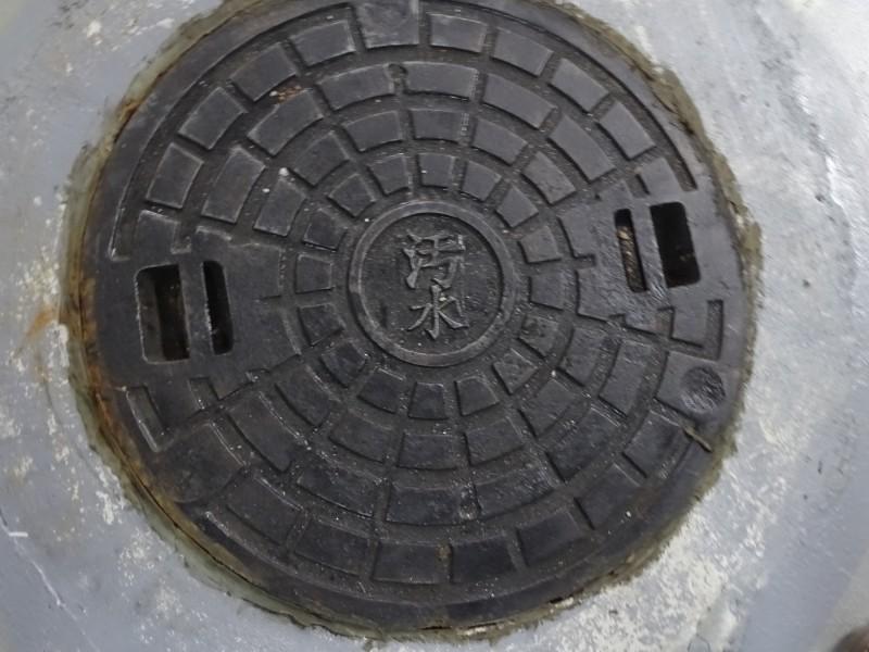 新板特區一處社區未納入污水下水道管線,須透過水肥車從污水孔抽出廢水清運。(市議員劉美芳辦公室提供)