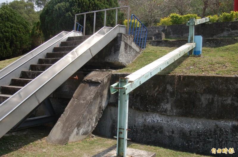 池上大坡國小內的「會走路的溜滑梯」,是池上活動斷層著名的觀察地點。(記者王秀亭攝)