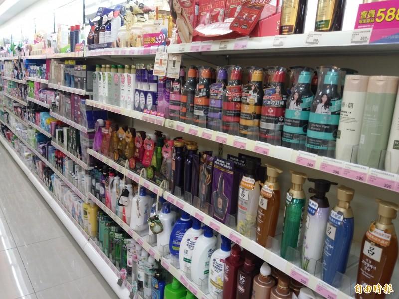 食藥署指出,為防止產品變質,沐浴乳中必須適度添加防腐劑,以降低微生物孳生的風險並防止產品腐敗。(記者吳亮儀攝)