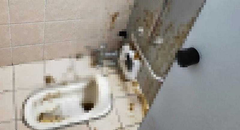 有民眾發現男廁內的景象後,上傳網路與網友們分享。(圖擷取自爆廢公社)