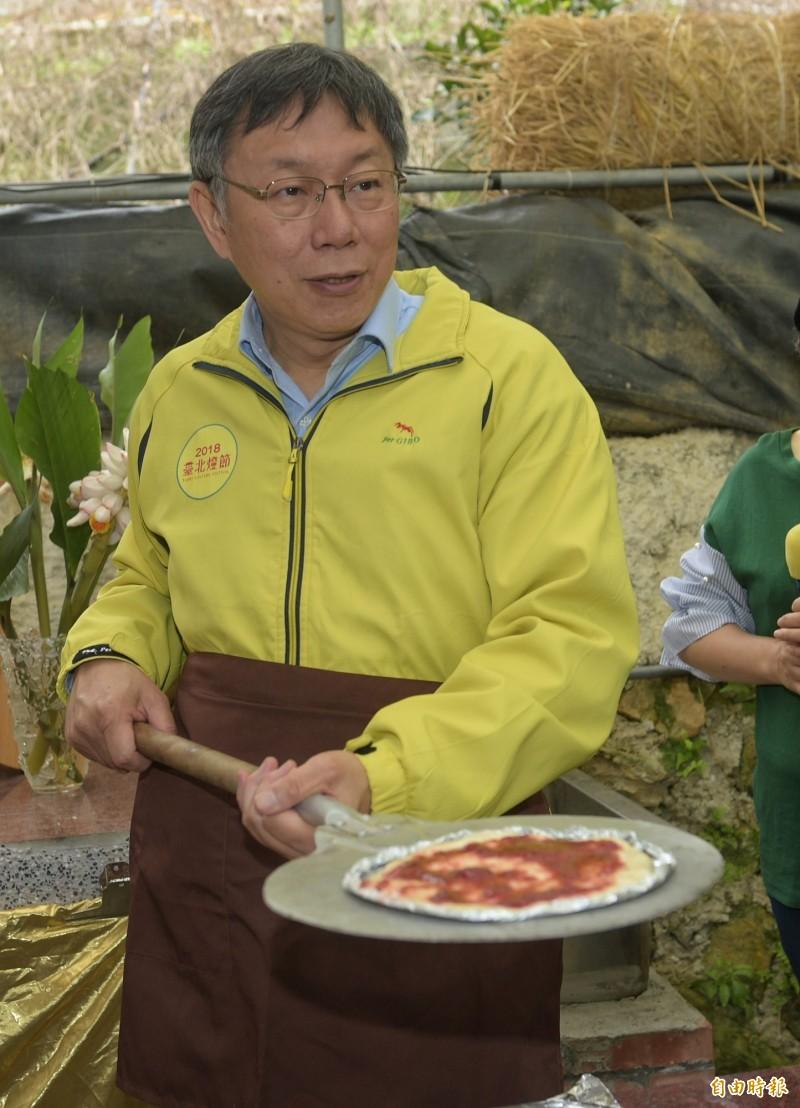 台北市長柯文哲6日前往白石湖休閒農業區,體驗內湖草莓農業,當場試作窯烤比薩,證實「王柯會」被臨時喊卡。(記者張嘉明攝)