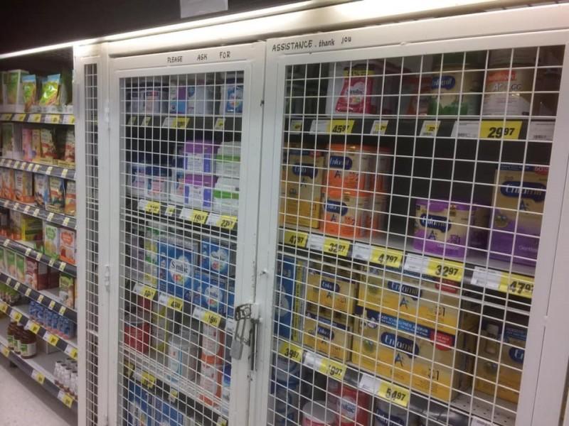 華人網友踢爆加拿大賣場為防中國民眾搶奶粉,將奶粉鎖櫃。(圖擷取自臉書)