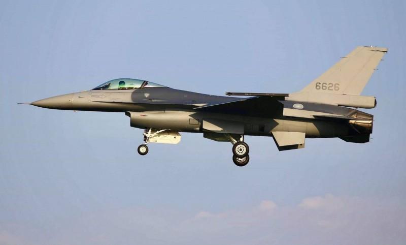 今傳出我方已向美國提出採購新戰機,外界分析,很可能就是採購F-16V;圖中編號6626戰機是空軍現役F-16性能提升為F-16V型的首架戰機。(讀者蔣冠倫提供)