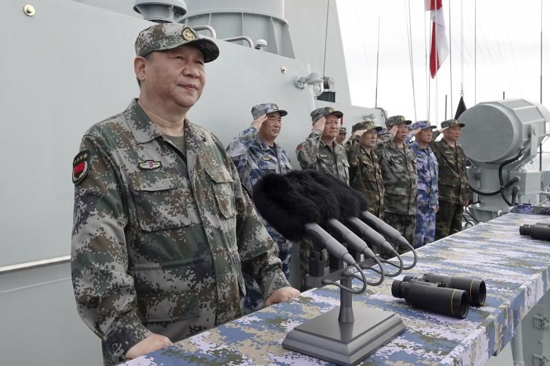 「天龙回风」表示,如果真的想要讓兩岸統一,「應該是要努力讓台灣有認同感」,而不是利用威脅、謾罵,這樣一點用都沒有。圖為中國領導人習近平(左)。(美聯社)