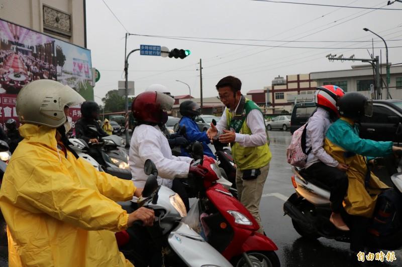 民進黨台南立委候選人郭國文一早在善化街口拜票。(記者萬于甄攝)