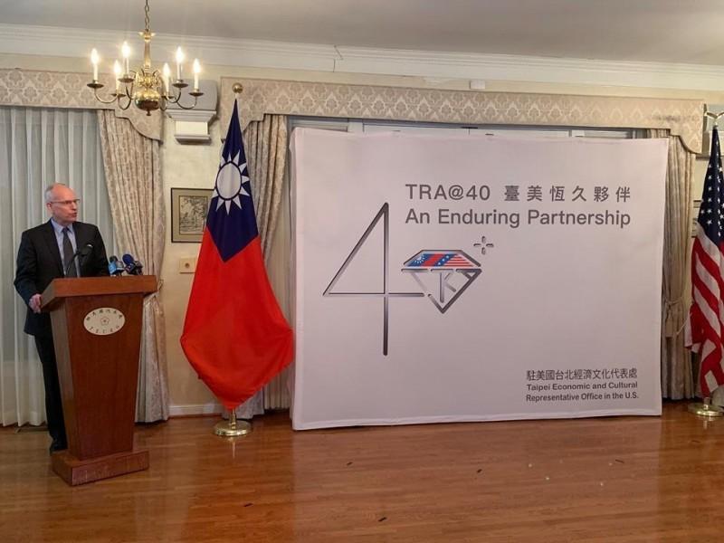 駐美代表處今天在華府雙橡園舉行「台灣關係法」(TRA)立法40週年啟動發表會,AIT執行理事羅瑞智一同與會,見證台美恆久夥伴關係。(駐美代表處提供)